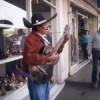 Cantante charro se gana la vida en las calles