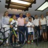 Dan apoyo de 56 mil pesos a ciclistas que van a Colombia